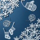 Postkarte mit Schneeflocken und Weihnachtsdekoration Lizenzfreie Stockfotos