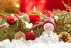 Postkarte mit Schneemann- und Weihnachtsdekoration Stockbild