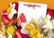 Postkarte Ostern und Frühlingsblumen lizenzfreies stockbild