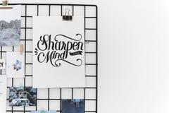 Postkarte und Bilder auf einem Gestell gegen eine weiße Wand Stockfoto