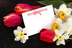 Postkarte- und Frühlingsblumen Stockbild