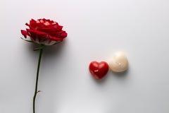 Postkarte Valentinsgruß ` s an Tag, an einer Rose und an einer Kerze in Form Lizenzfreies Stockfoto