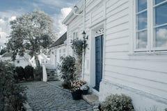 Postkarte von Skandinavien, weiße Häuser Stockbilder