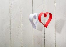 Postkarte zum Valentinstag Weißes und rotes Herz gemacht von den Papierstreifen Lizenzfreie Stockfotografie