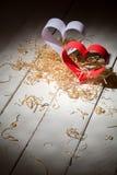 Postkarte zum Valentinstag Weißes und rotes Herz gemacht von den Papierstreifen Dekorative gelockte Sägespäne Lizenzfreies Stockbild