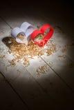 Postkarte zum Valentinstag Weißes und rotes Herz gemacht von den Papierstreifen Dekorative gelockte Sägespäne Stockfoto