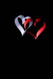Postkarte zum Valentinstag Weißes und rotes Herz gemacht von den Papierstreifen Dunkler Hintergrund Lizenzfreie Stockbilder