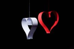 Postkarte zum Valentinstag Weißes und rotes Herz gemacht von den Papierstreifen Dunkler Hintergrund Lizenzfreie Stockfotografie