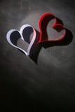 Postkarte zum Valentinstag Weißes und rotes Herz gemacht von den Papierstreifen Dunkler Hintergrund Lizenzfreies Stockbild