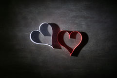 Postkarte zum Valentinstag Weißes und rotes Herz gemacht von den Papierstreifen Dunkler Hintergrund Stockbild