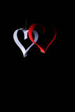 Postkarte zum Valentinstag Weißes und rotes Herz gemacht von den Papierstreifen Dunkler Hintergrund Stockfotos