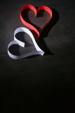 Postkarte zum Valentinstag Weißes und rotes Herz gemacht von den Papierstreifen Dunkler Hintergrund Lizenzfreies Stockfoto