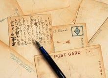 Postkarten mit Füllfederhalter stockfoto