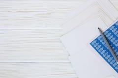 Postkarten und Umschläge auf hölzerner Rückseite Lizenzfreie Stockfotos