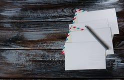 Postkarten und Umschläge auf hölzerner Rückseite Stockfotografie