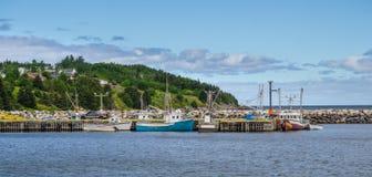 Postkarten von Neufundland Neufundland-Fischerdörfer sehen Boote im Ruhezustand für den Tag auf ruhigem Küstengewässer Stockfotos