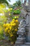 Postkartenbild mit tropischer Ansicht, Blumen und traditioneller Bali-Architektur lizenzfreie stockfotos