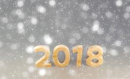 Postkartenschablone 2018 guten Rutsch ins Neue Jahr Zahlen geschnitten von einem Baum O Lizenzfreie Stockfotos