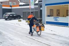 Postleverans i snö arkivbild