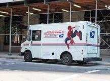 Postleveranslastbil med spidermanen Arkivfoto