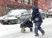 Postman under snöstorm i New York Arkivbild