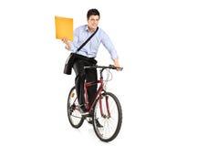 Postmann auf einem Fahrrad, das Post holt Lizenzfreies Stockbild
