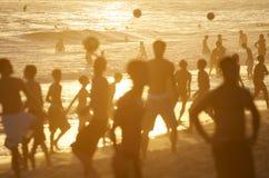 Posto 9 χρυσό ποδόσφαιρο παραλιών σκιαγραφιών ηλιοβασιλέματος του Ρίο Στοκ εικόνες με δικαίωμα ελεύθερης χρήσης