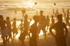 Posto 9里约金黄日落现出轮廓海滩橄榄球 免版税库存图片
