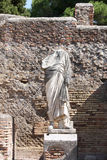 Posto adatto con una statua, Ostia Antica, Italia Fotografia Stock