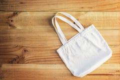 Posto bianco della borsa del cotone su un di legno Fotografie Stock