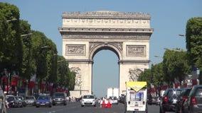 Posto Charles De Gaulle del boulevard di Champs-Elysees e monumento di Arc de Triomphe archivi video