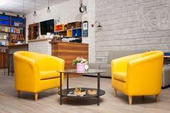Posto con due sedie gialle ed una tavola Fotografia Stock Libera da Diritti