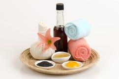 Posto de conserva com mel e gema do óleo de sésamo para o cabelo e extremidades rachadas Imagem de Stock