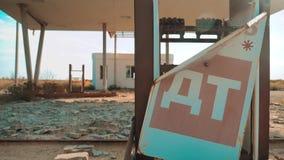 Posto de gasolina abandonado sujo velho U S Rota 66 vídeo de movimento lento de abastecimento da estrada 66 da crise loja fechado filme