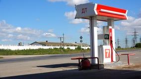 Posto de gasolina com uma coluna do combustível diesel perto da estrada video estoque