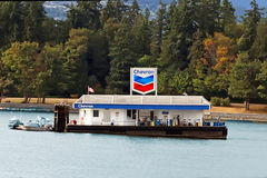 Posto de gasolina de Chevron na água imagem de stock royalty free