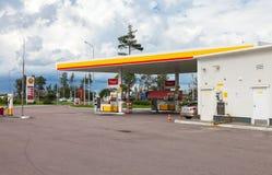 Posto de gasolina de Shell no dia de verão Empresa petrolífera de Royal Dutch Shell mim Fotografia de Stock