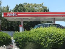 Posto de gasolina, empresa 'Lukoil 'em New-jersey fotografia de stock