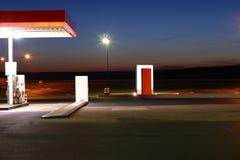 Posto de gasolina na noite Imagens de Stock
