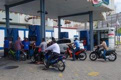 Posto de gasolina no homem Fotografia de Stock Royalty Free