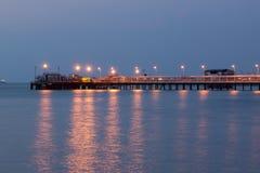 Posto de gasolina no tempo do crepúsculo do porto Foto de Stock Royalty Free