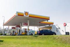 Posto de gasolina de Shell com o carro de Skoda Octavia com abundância de combustíveis oferecidos diferentes foto de stock
