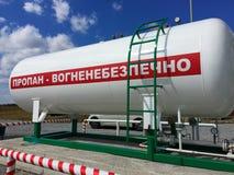 Posto de gasolina, tambor branco com gás líquido Foto de Stock