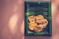 Posto dei biscotti di pepita di cioccolato sul piatto di bambù Fotografia Stock
