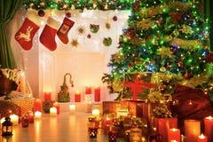 Posto del fuoco dei calzini di Natale, luce del camino dell'albero di natale Fotografia Stock