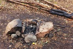 Posto del fuoco di accampamento fra le pietre nella foresta immagine stock