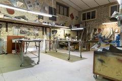 Posto del gruppo di lavoro del lavoro in metallo con gli strumenti e le tavole, fabbrica Fotografie Stock Libere da Diritti