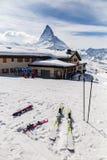 Posto dell'attrezzatura dello sci sulla terra della neve Fotografia Stock