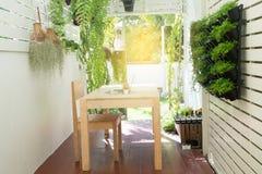 Posto dell'ufficio a casa, ufficio naturale sul giardino dell'albero, tavola di legno fotografie stock libere da diritti