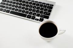 Posto dell'ufficio del lavoro Caffè con la tastiera su fondo bianco immagini stock libere da diritti